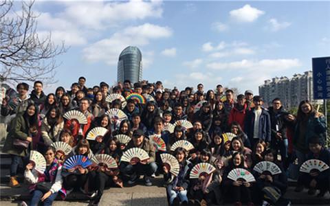两岸青年游览拱宸桥。(中国台湾网 王亚静 摄)_副本.jpg