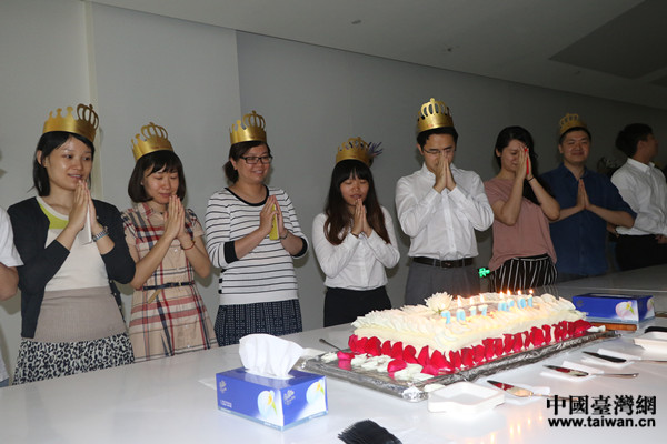 两岸青年一起过生日。