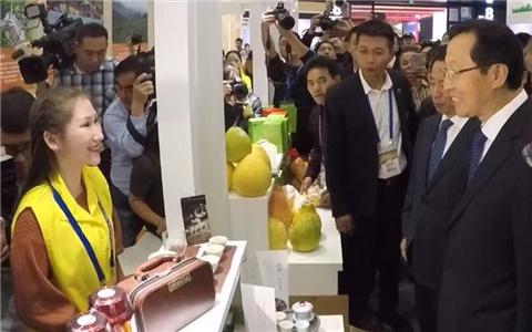 韩长赋部长视察海峡两岸农业合作展区.jpg
