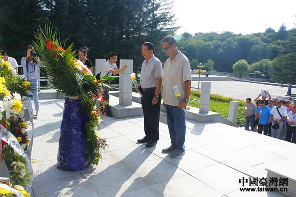 来自大陆、港澳台及海外黄埔后代来到抗战英雄杨靖宇墓碑前,举行祭拜仪式